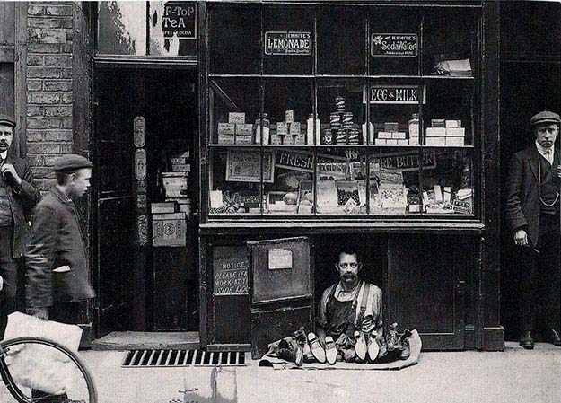 The smallest shop in London – a shoe salesman with a 1.2 square meter shoe store, 1900