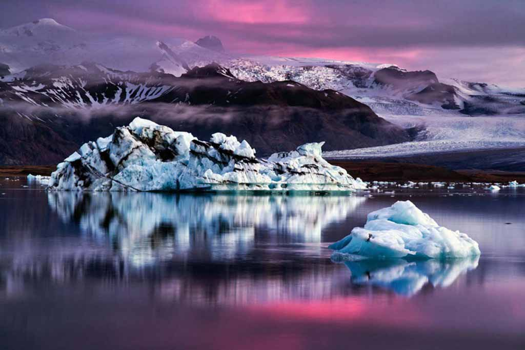 Icebergs on the Icelandic Jökulsárlón lagoon, at dusk