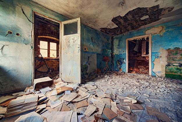 12 haunting Photos from Inside this Abandoned Palace